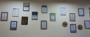фото стены с дипломами Инвестлаб